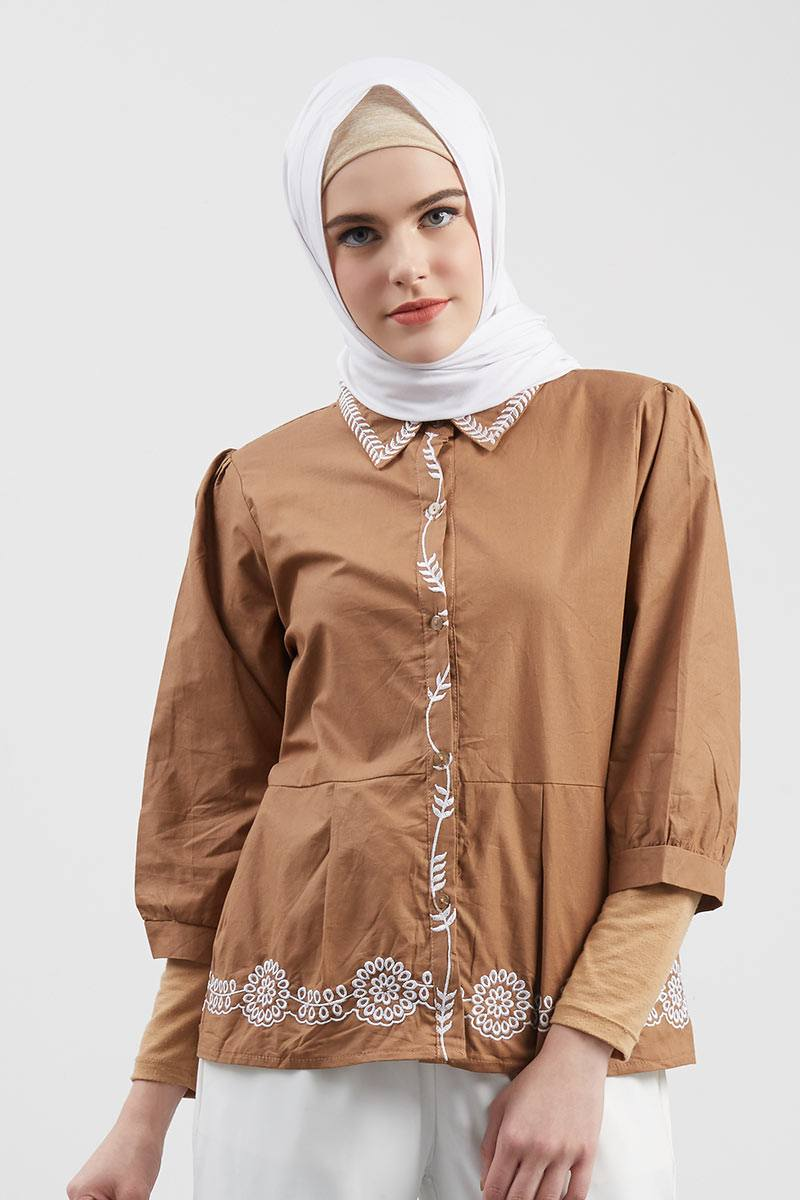 Carla Embroidery Top Mocca